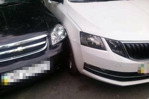 В Киеве пьяная именинница разгромила три авто и снесла два бордюра