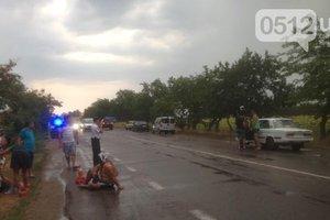 На трассе за Николаевом неизвестные открыли стрельбу и напали на автомобиль.