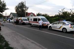В Киеве водитель сбил двух девочек на обочине